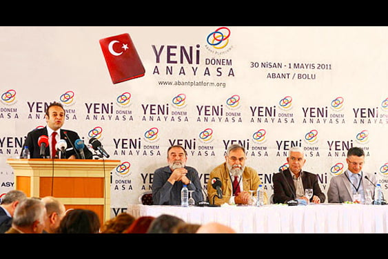 A meeting of the Abant Platform organized by the GYV, with (L-R) Egemen Bağış as the speaker and Murat Belge, Mete Tunçay, Atilla Yayla and Osman Can as the other panelists.