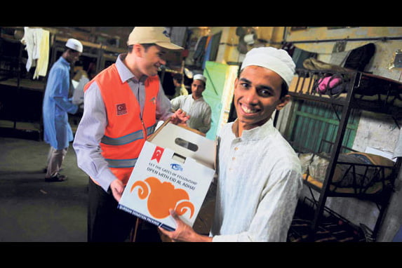The Kimse Yok Mu charity delivered packages of meat to 15,000 families in Bangladesh during Eid al-Adha. (Photo: Today's Zaman)