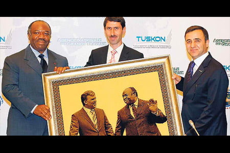 TUSKON officials presented a picture depicting the Turkish and Gabonese presidents hand in hand to Gabon President Ondimba during a forum held in İstanbul earlier this week. (Photo: Cihan)