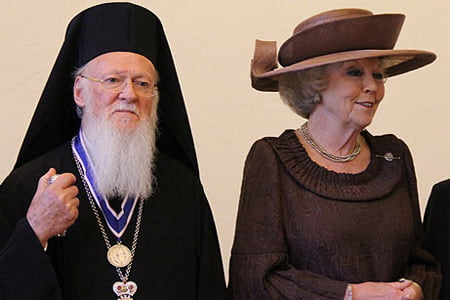 Greek Orthodox Ecumenical Patriarch Bartholomew poses to cameras with Dutch Queen Beatrix after receiving one of a Roosevelt Institute's Four Freedoms Award on May 12, 2012. (Photo: Cihan)