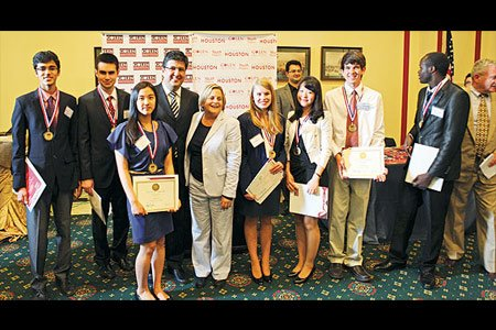 Chairman of the House Foreign Affairs Committee Ileana Ros-Lehtinen stands with the winners of the int'l essay contest. (Photo: Today's Zaman)