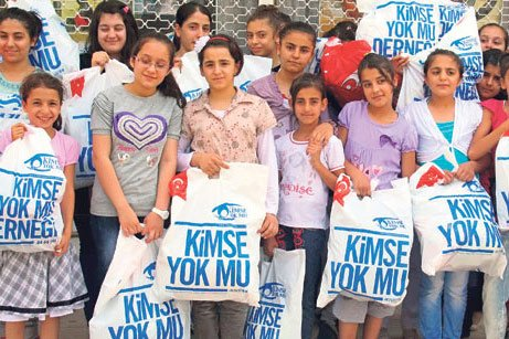 Kimse Yok Mu has distributed new clothes and shoes to 8,000 children in Diyarbakır for Eid al-Fitr. (Photo: Today's Zaman)
