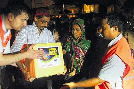 Despite the persistent rain, Kimse Yok Mu distributed aid packages by flashlight throughout the night to Rohingya Muslims sheltering in Bangladesh from the ongoing violence in Myanmar. (Photo: Today's Zaman)