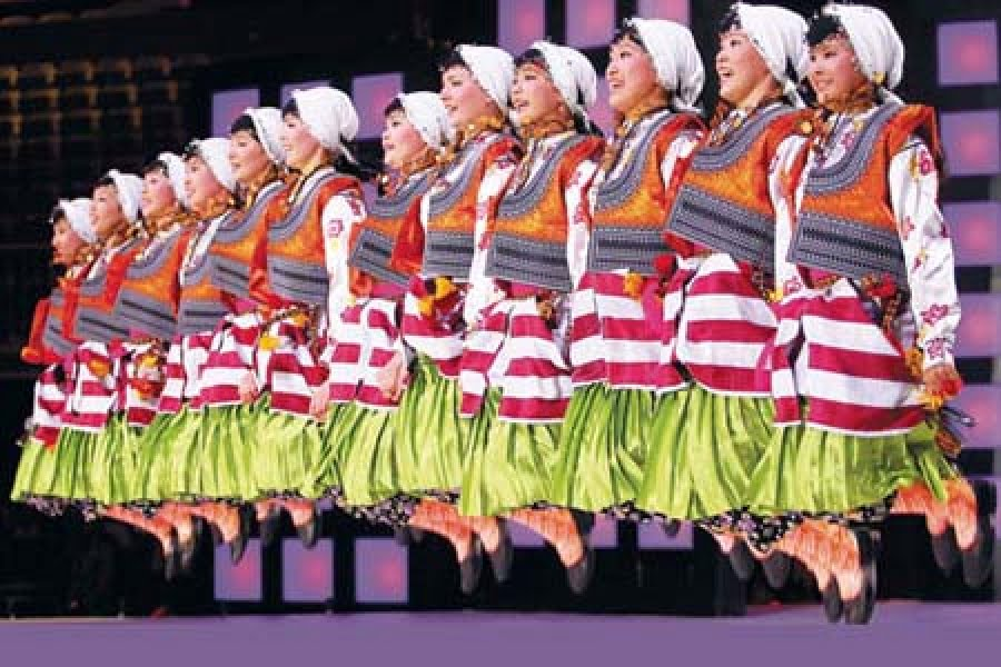 A folk dance competition was held at the İstanbul Sinan Erdem Sports Complex as part of the 11th International Turkish Olympiad. (Photo: Today's Zaman, Mehmet Yaman)