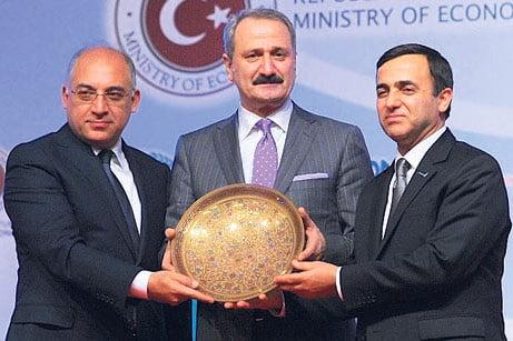 TUSKON President Meral (R), Economy Minister Cağlayan (C) and TİM President Büyükekşi (L) pose for a picture at Wednesday's summit. PHOTO TODAY'S ZAMAN, İSA ŞİMŞEK