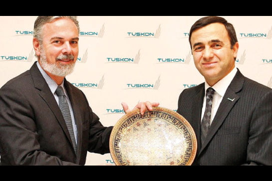TUSKON head Meral (R) hands Brazilian Foreign Minister Patriota a plate at Thursday's meeting.(Photo:Today's Zaman)