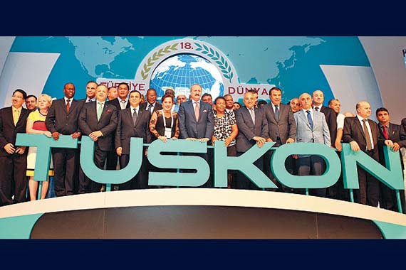 Economy Minister Zafer Çağlayan ( C ) pose for a group picture with participants coming from over 130 countries to attend the 18th Turkey-World Trade Bridge summit in İstanbul. (Photo: Cihan)