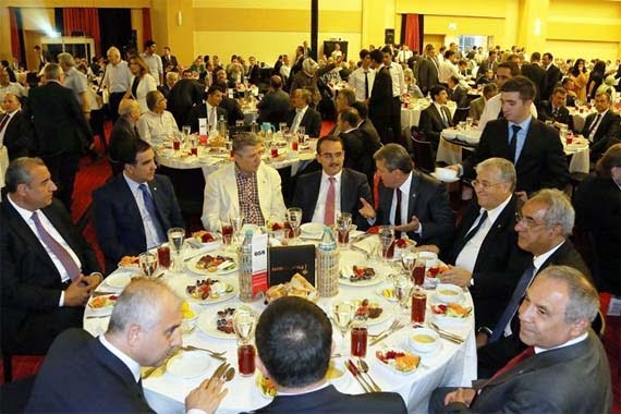 """An iftar was held by the Journalists and Writers Foundation at the Congresium International Convention & Exhibition Centre in Ankara on Wednesday with the theme """"Living Together."""" (Photo: Today's Zaman)"""