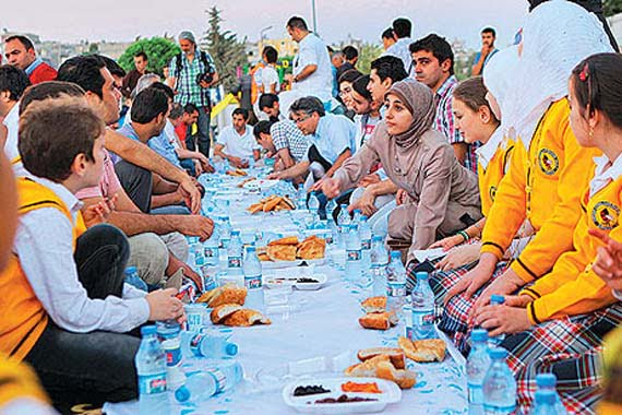A group of Turkish businessmen join an iftar dinner with Syrian refugees in Kilis province. They also visited the homes of Syrian refugees and handed out food packages and listen to Syrian problems. (Photo: Cihan)