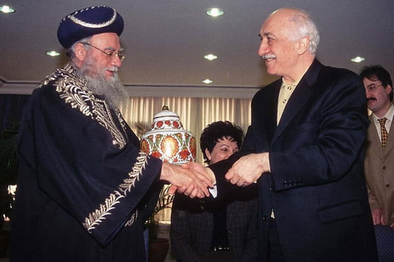 Fethullah Gülen and Israel's Sephardic chief rabbi Eliyahu Bakshi-Doron shaking hands during a visit aimed at developing inter-religious dialogue.