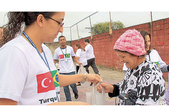 Volunteers from the Turkish charity Kimse Yok Mu have worked hard over the four-day Eid al-Adha festival to reach out to the poor, distributing food to families in faraway and impoverished countries. (Photo: Today's Zaman)