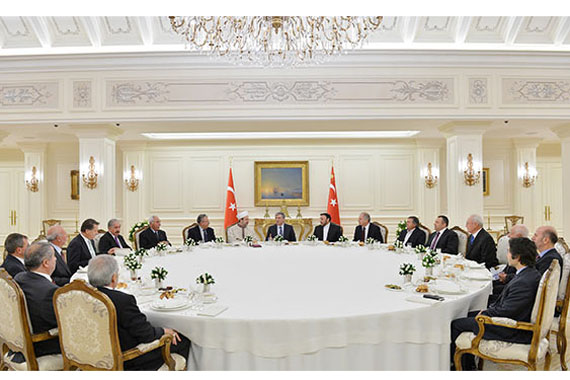 President Abdullah Gül (C) on Monday hosted an iftar (fast-breaking dinner) at the Çankaya presidential palace for representatives of the country's Alevi and Shiite communities to mark a period of morning during the Islamic month of Muharram. (Photo: Cihan)