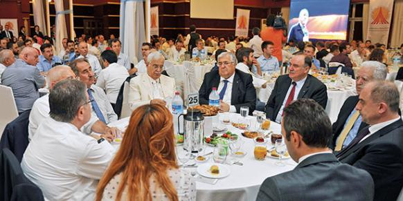 Many politicians, artists, intellectuals, businessmen and celebrities attended the fast-breaking dinner organized by the Journalists and Writers Foundation.(Photo: Cihan)