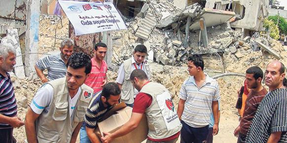 Turkish charity Kimse Yok Mu delivered aid to thousands of people in need in the Gaza Strip on Saturday. (Photo: Today's Zaman)