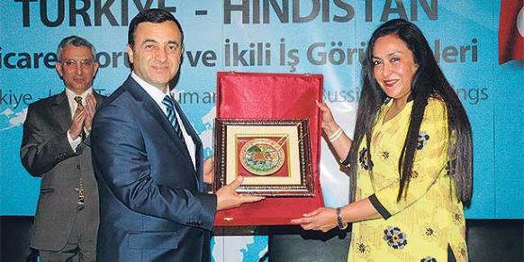 TUSKON head Rızanur Meral (L) extends a plate to India's FICCI Vice President Jyotsna Suri (R). (Photo: Reuters)
