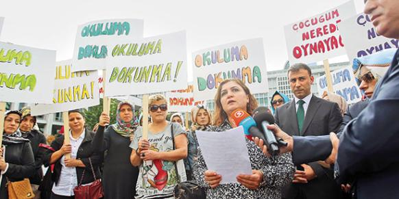 Parents of Fatih College students gathered on Wednesday to protest the İstanbul Metropolitan Municipality's destruction school's wall. (Photo: Today's Zaman)