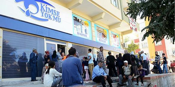 People gather in front of the Gaziantep branch of Kimse Yok Mu to get aid packages delivered by the charity organization on the first day of Eid al-Adha. (Photo: Cihan)
