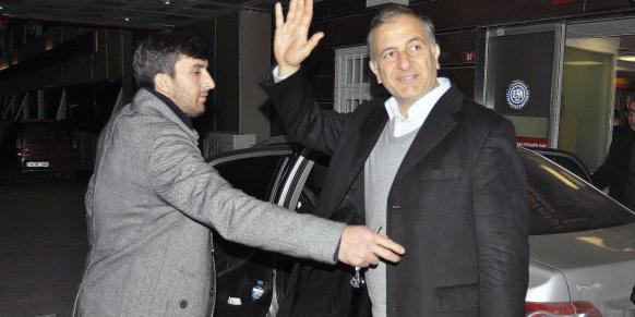 Ekrem Dumanlı, the editor-in-chief of Turkey's most circulated paper, the Zaman daily, waves reporters as he leaves the Eyüp State Hospital. (Photo: DHA)
