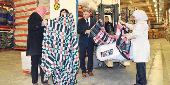 Kimse Yok Mu Director of Foreign Aid Yusuf Yıldırım shows visitors from the West Bank the blankets the organization will distribute in the Palestinian territories.(Photo: Today's Zaman, Orhan Fırsat)
