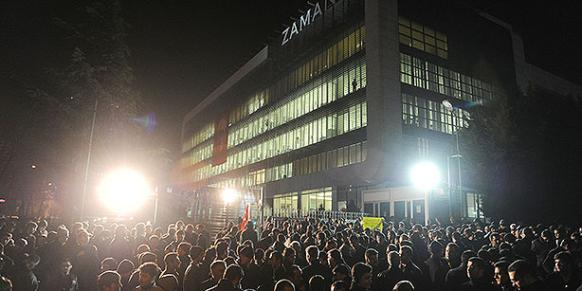 People stand on vigil outside Zaman newspaper building to protest a possible police raid. (Photo: Today's Zaman)