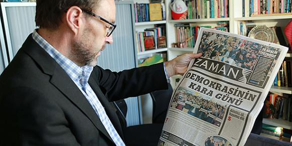 Professor Greg Barton looks at the front page of the Zaman daily the day after the Dec. 14 media crackdown (Photo: Today's Zaman, Yunus Sağlam).