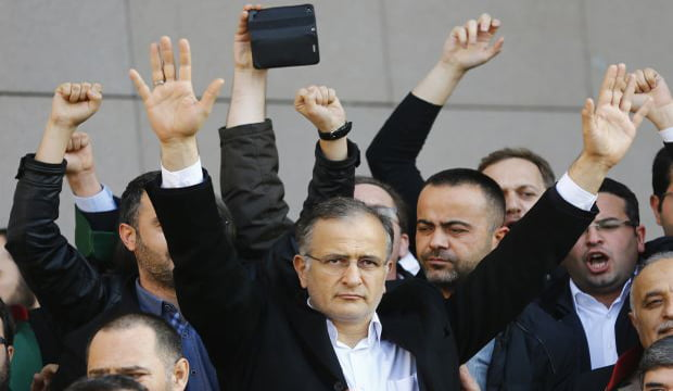 Zaman editor-in-chief Ekrem Dumanlı greets his supporters after being released by the court outside the Justice Palace in Istanbul, on December 19, 2014. (Reuters/Murad Sezer)