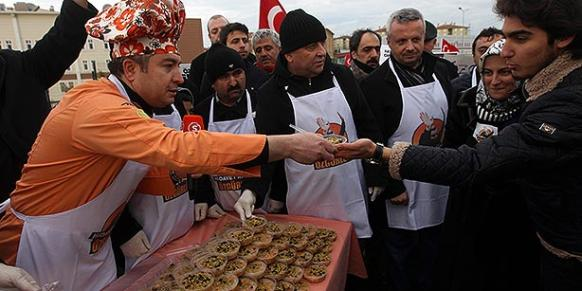 Chef Oktay Usta distributed aşure to those joined a protest in front of the Silivri Prison. (Photo: Today's Zaman)