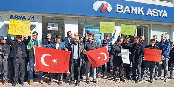 Deposit holders in front of a local branch of Bank Asya in Ordu protested the recent decision of BDDK on Thursday. (Photo: DHA)