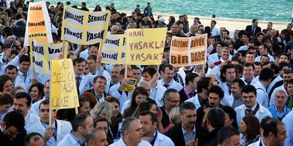 Teachers from 30 various prep schools in İzmir province were pictured protesting the government's decision in this Dec.2013 file photo.(Photo: Sunday's Zaman)