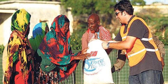 Kimse Yok Mu, a prominent Turkish charity that has been granted various prestigious awards for its aid activities in both Turkey and around the world, distributes meat to families in need on the occasion of Eid al-Adha in Somalia on Nov. 6, 2011. (Photo: Today's Zaman, Mehmet Ali Poyraz)