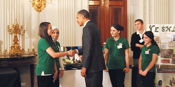US President Barack Obama stands with four students from the Pinnacle Academy, congratulating them on their award-winning project on Oct. 21, 2010.(Photo: Cihan)