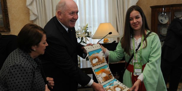 Australian Governor-General Peter Cosgrove is presented a gift by one of the contestants of the 13th International Language and Culture Festival. (Photo: Today's Zaman)