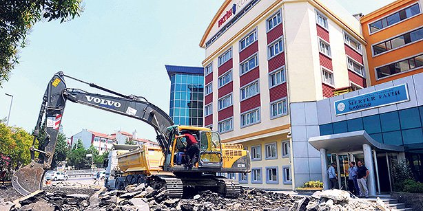 An excavator demolished the basketball court at the Fatih College campus located in Merter, İstanbul. (Photo: Today's Zaman)