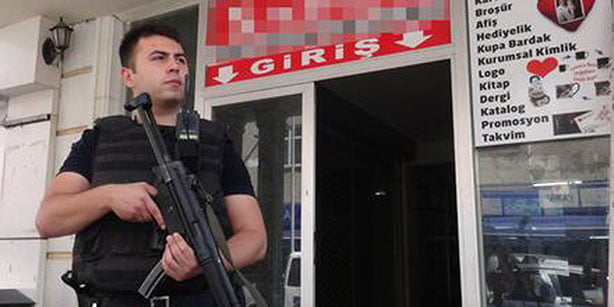 An armed police officer stands in guard outside of a prep school in Aksaray. (Photo: Haberdar)