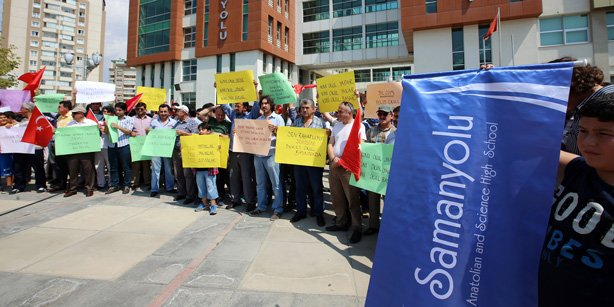 Parents of students in Samanyolu schools in Ankara protested raids of schools inspired by the Gülen movement, carried out by police and inspectors.(Photo: Today's Zaman)