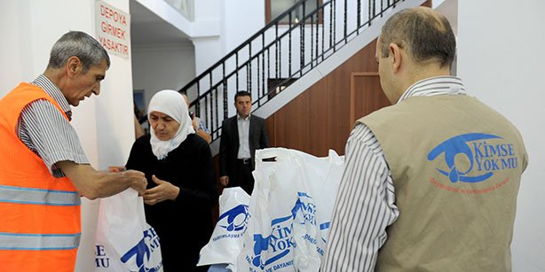 The Kimse Yok Mu charity passed out sacrificial meat to families during Eid al-Adha last week.(Photo: Cihan)