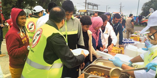 Time to Help, a Kimse Yok Mu project, passes out food to refugees in Nickelsdorf, on the Austrian-Hungarian border. (Photo: Today's Zaman)