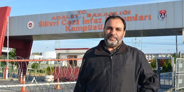 Today's Zaman Editor-in-Chief Bülent Keneş is in front of Silivri Prison after he was released. (Photo: Today's Zaman)