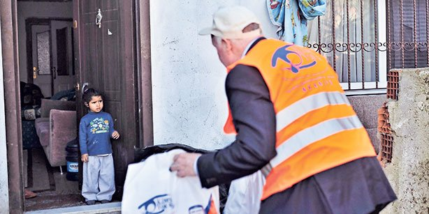 A member of a delegation from Virginia is seen delivering food and blankets to a Syrian family Ümraniye. (Photo: Cihan)