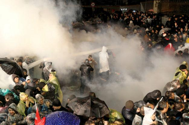 Riot police use tear gas to disperse protesting employees and supporters of Zaman newspaper in front of its headquarters in Istanbul, Turkey, early March 5, 2016. REUTERS photo