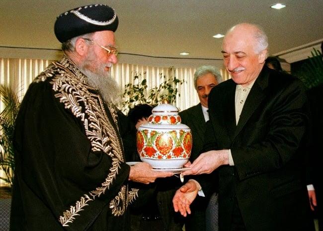 In 1998, Gulen met with Israel's Sephardic chief rabbi Eliyahu Bakshi Doron in Istanbul.