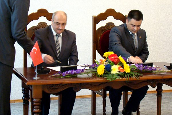 Turgay Şen (left) is signing in 2012 an agreement of cooperation in education  with Moldova's Minister of Defense Vitalie Marinuta.